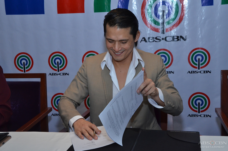 PHOTOS: Robin Padilla signs a two-year contract with the Kapamilya network