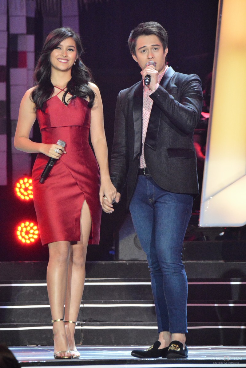 PHOTOS: LizQuen, todo-bigay sa pagpapadama ng pag-ibig sa ABS-CBN Christmas 2015 Special